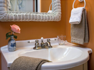 Country Clover bathroom with brown and white towels